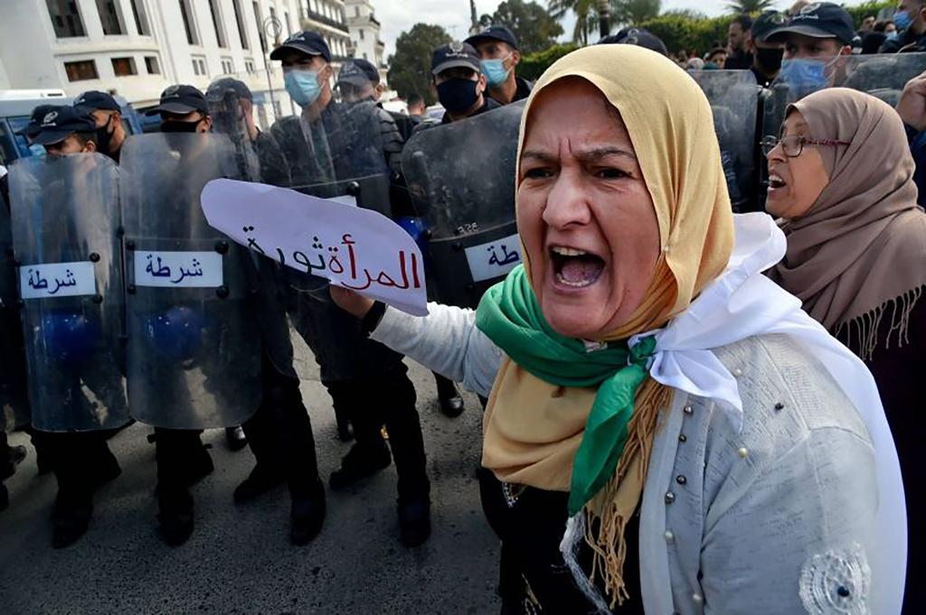 """Algérie, des milliers de manifestants du Hirak défilent pour une """"presse libre"""""""
