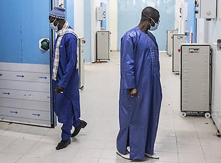 Covid-19 : au Sénégal, les réticences face au vaccin font le bonheur des plus pressés