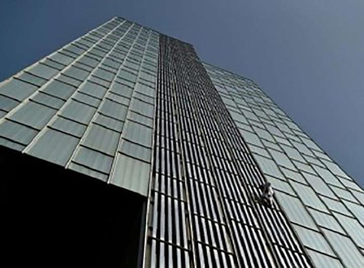 Un homme escalade un immeuble de 116 mètres à mains nues